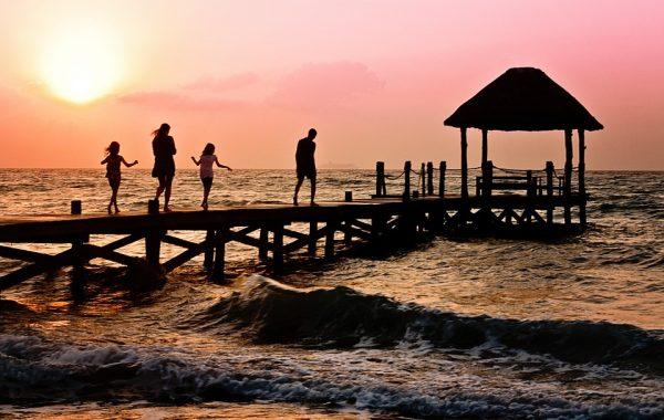 familia de vacaciones en la playa al atardecer